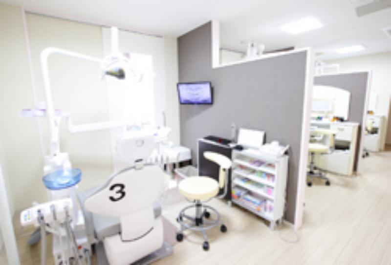 半個室の診療室でプライバシーを守ります。